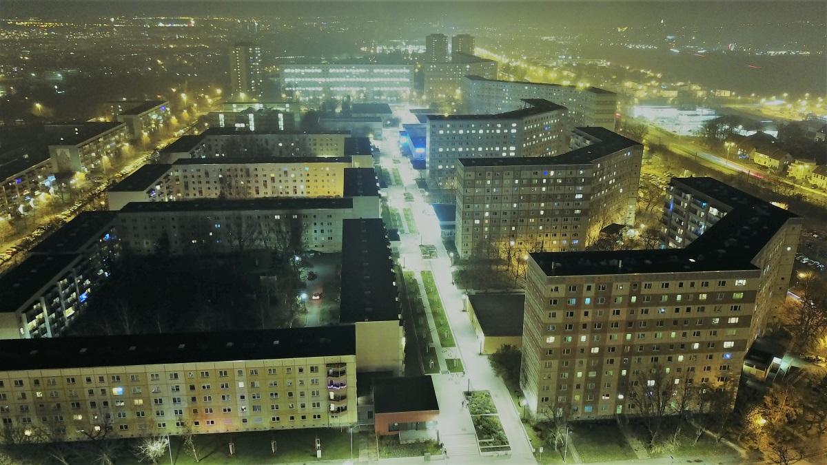 Nachtaufnahme der Fußgängerzone am Berliner Platz in Erfurt.