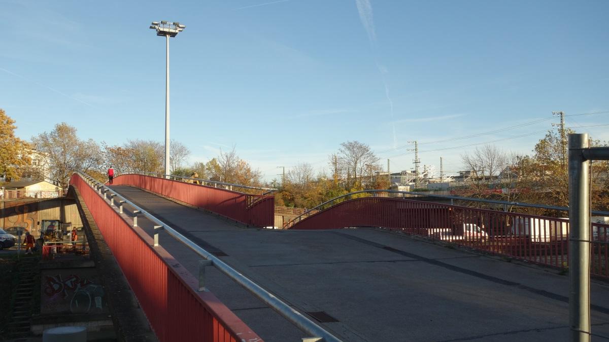 Die Fußgängerbrücke am Schmidtstedter Knoten kurz vor dem Abriss im November 2020.