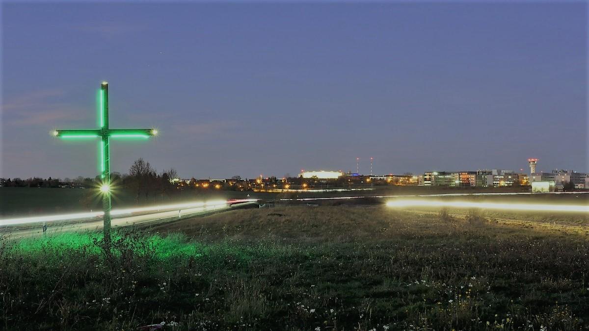 In ganz Deutschland haben Bauern grüne Kreuze auf ihre Äcker und Felder gestellt. Vor Erfurt Bindersleben steht ein beleuchtetes Kreuz.