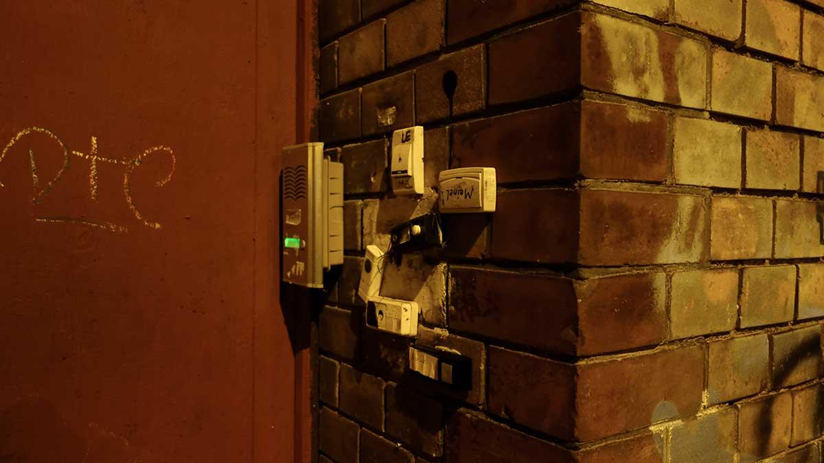 Außen Klingeln an einem unsanierten Haus in der Magdeburger Allee Erfrurt