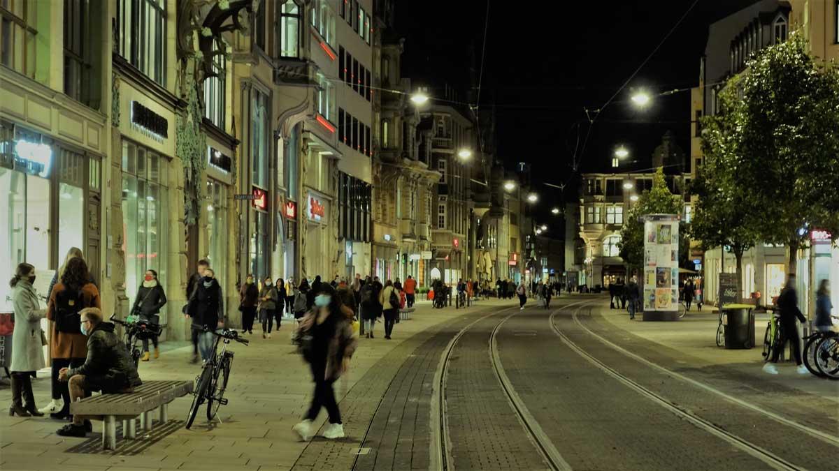 Menschen in der Erfurter Innenstadt: Mit der Allgemeinverfügung vom 26.10.2020 gilt in der Erfurter Innenstadt ab dem darauffolgenden Tag Maskenpflicht auch im Freien.
