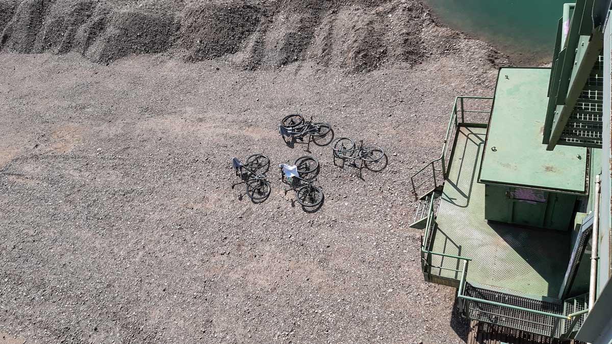 Fahrräder liegen neben einem Bagger.