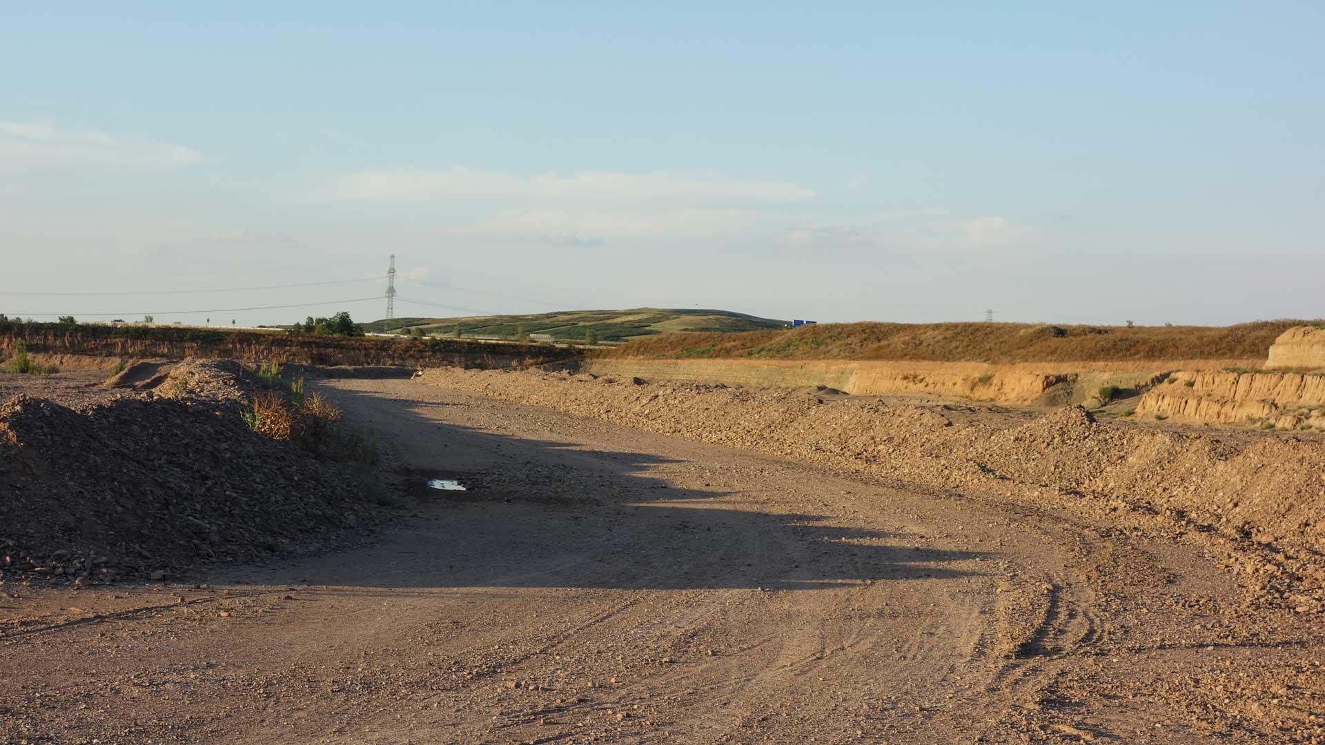 Straße auf dem Gelände des Sulzer Sees.