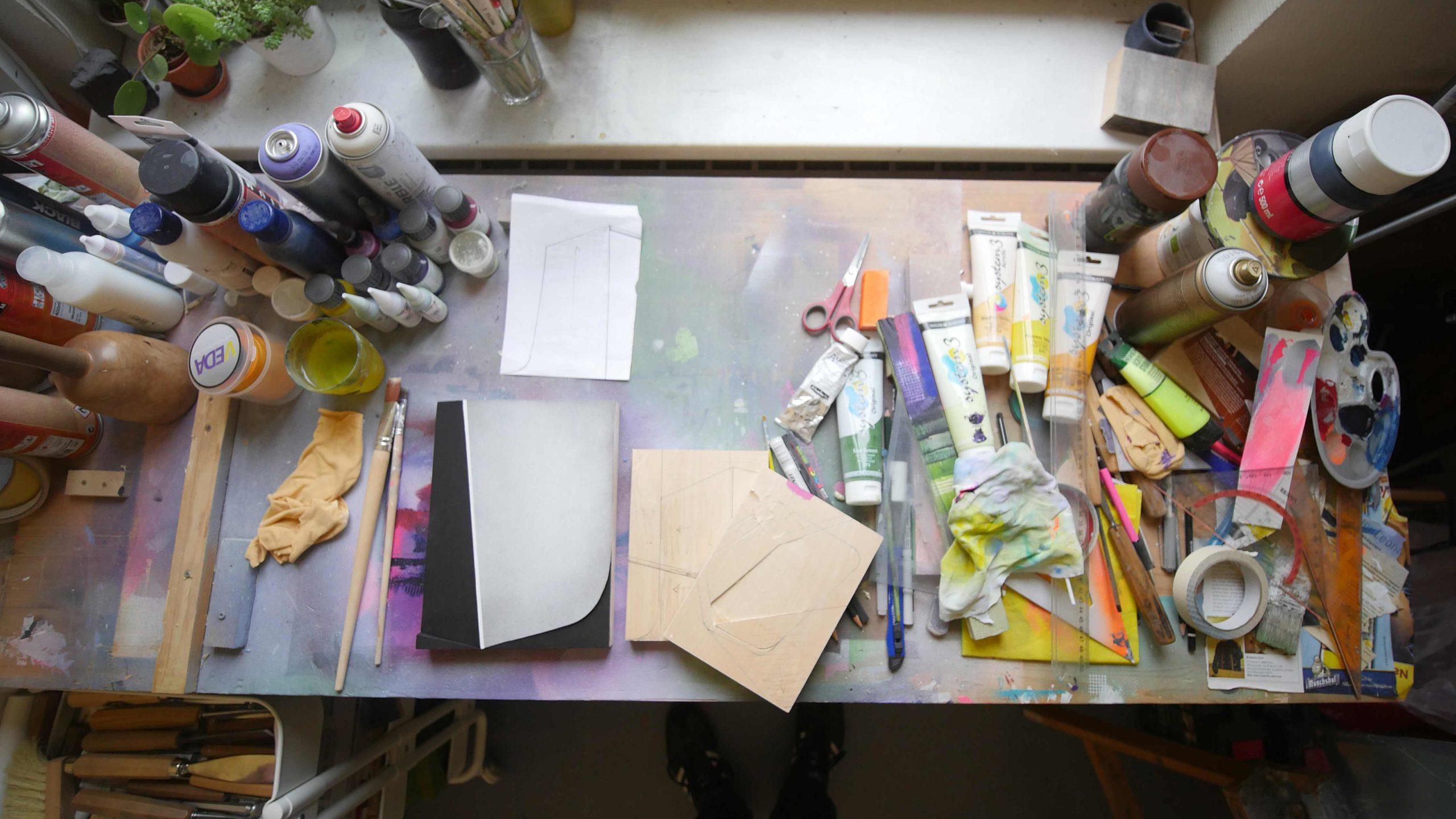 Tisch im Atelier einer Künstlerin im Wächterhaus Erfurt.