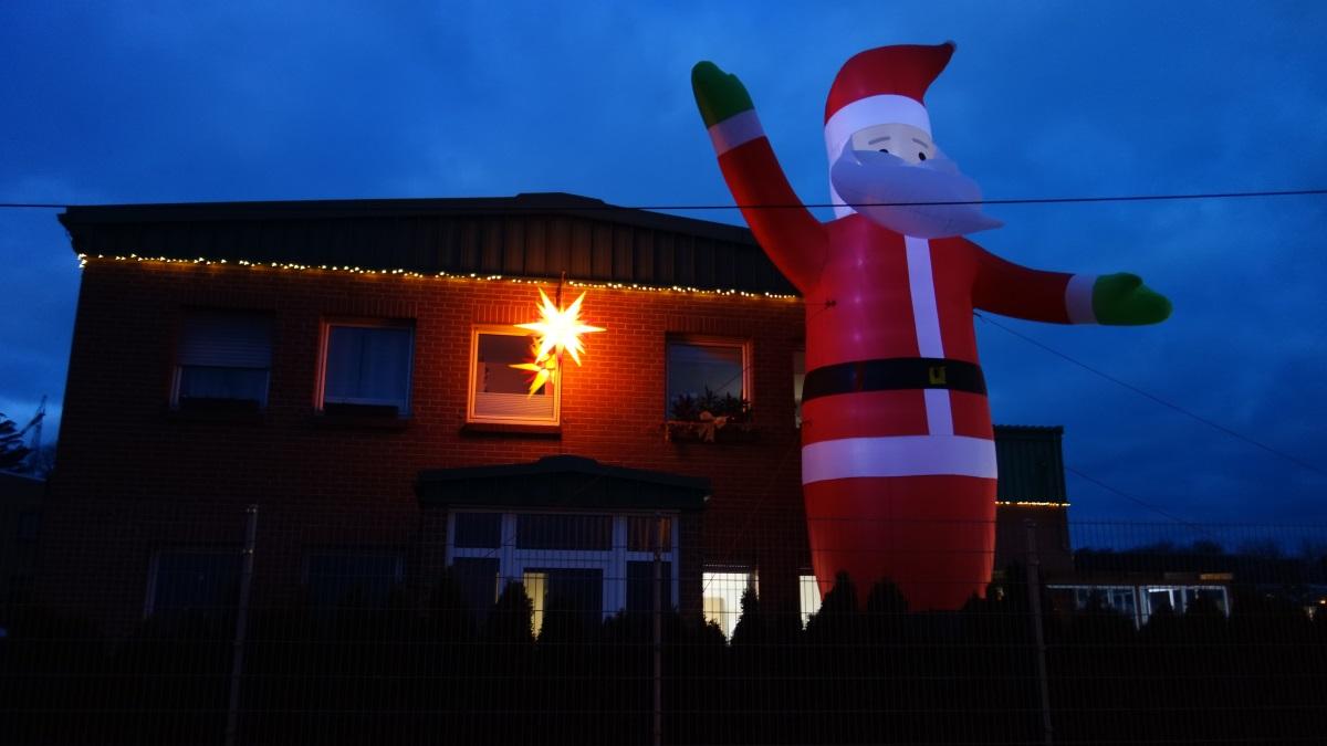 In Tiefthal steht ein hausgroßer Weihnachtsmann.