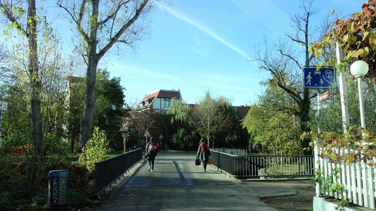 Eine Brücke führt zum Venedig in Erfurt. Das Venedig ist ein Park in der Innenstadt von Erfurt.