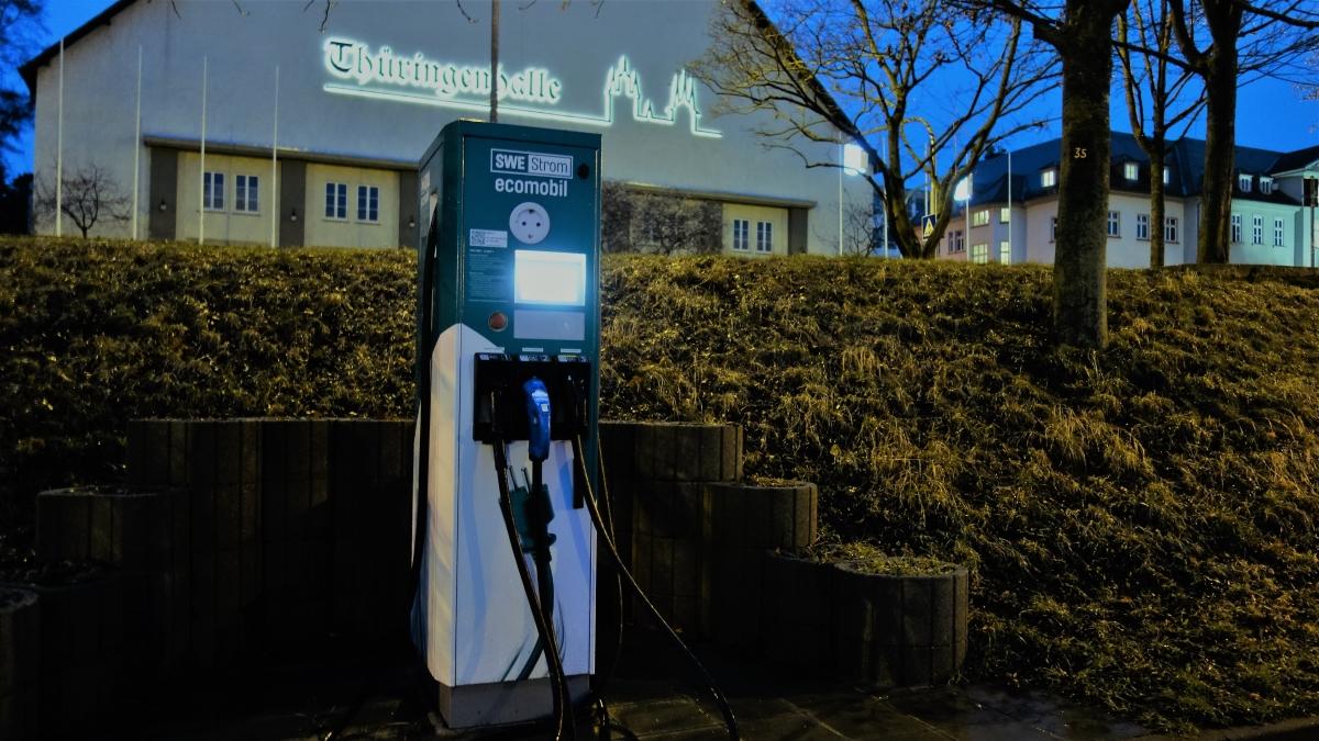 Eine Ladesäule für Elekroautus an der Thüringenhalle in Erfurt
