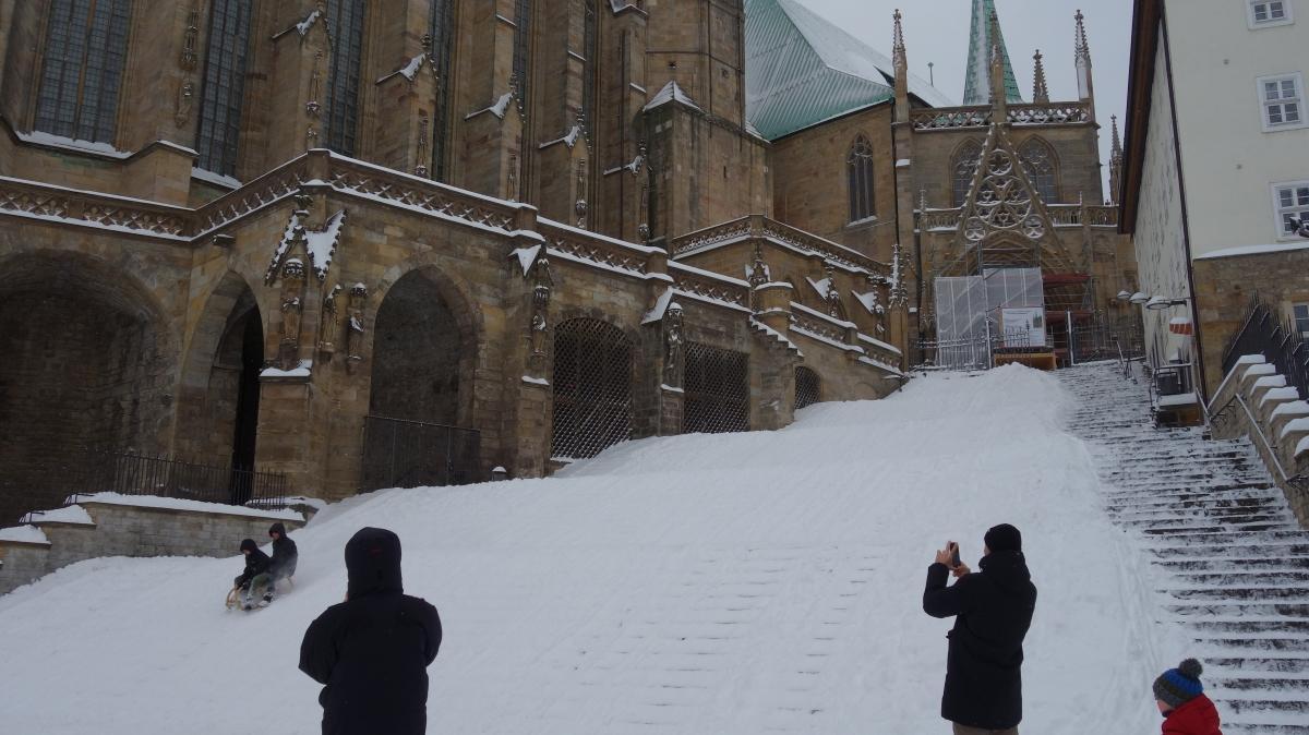 Nach ergiebigen Schneefällen werden die Erfurter Domstufen als Rodelberg genutzt