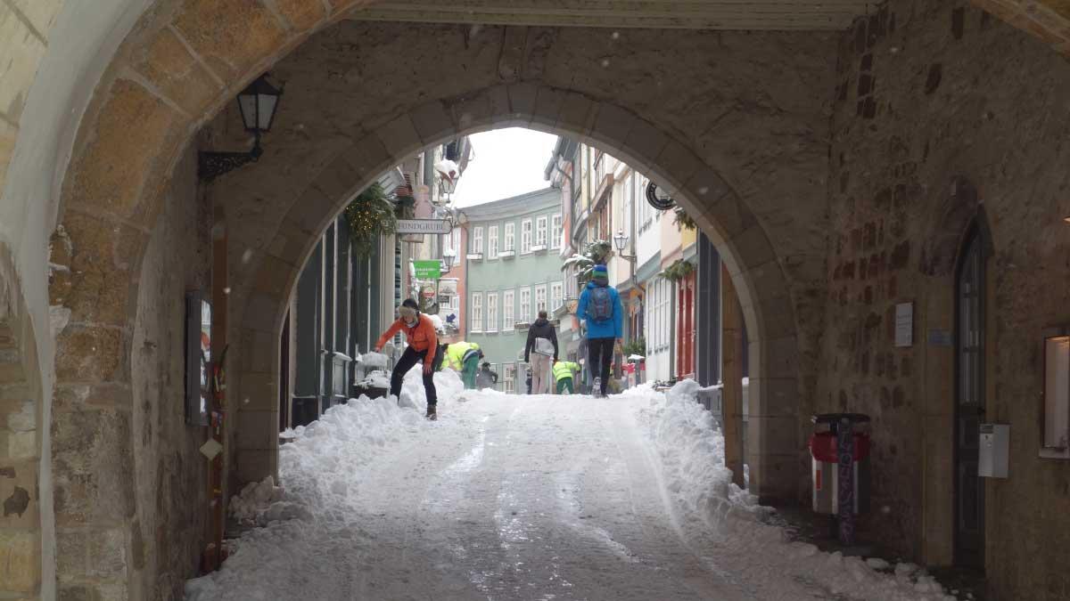 Anwohner der Krämerbrücke in Erfurt räumen Schnee weg
