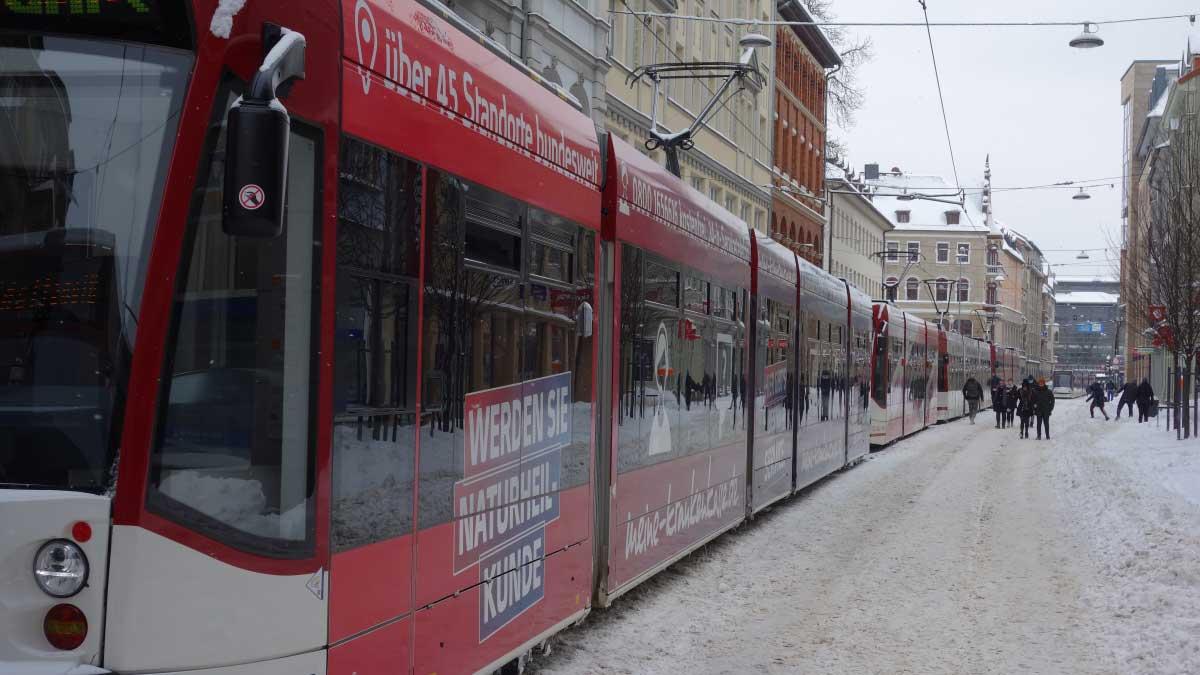Starßenbahnen stauen sich nach Wintereinbruch vor dem Erfurter Anger.