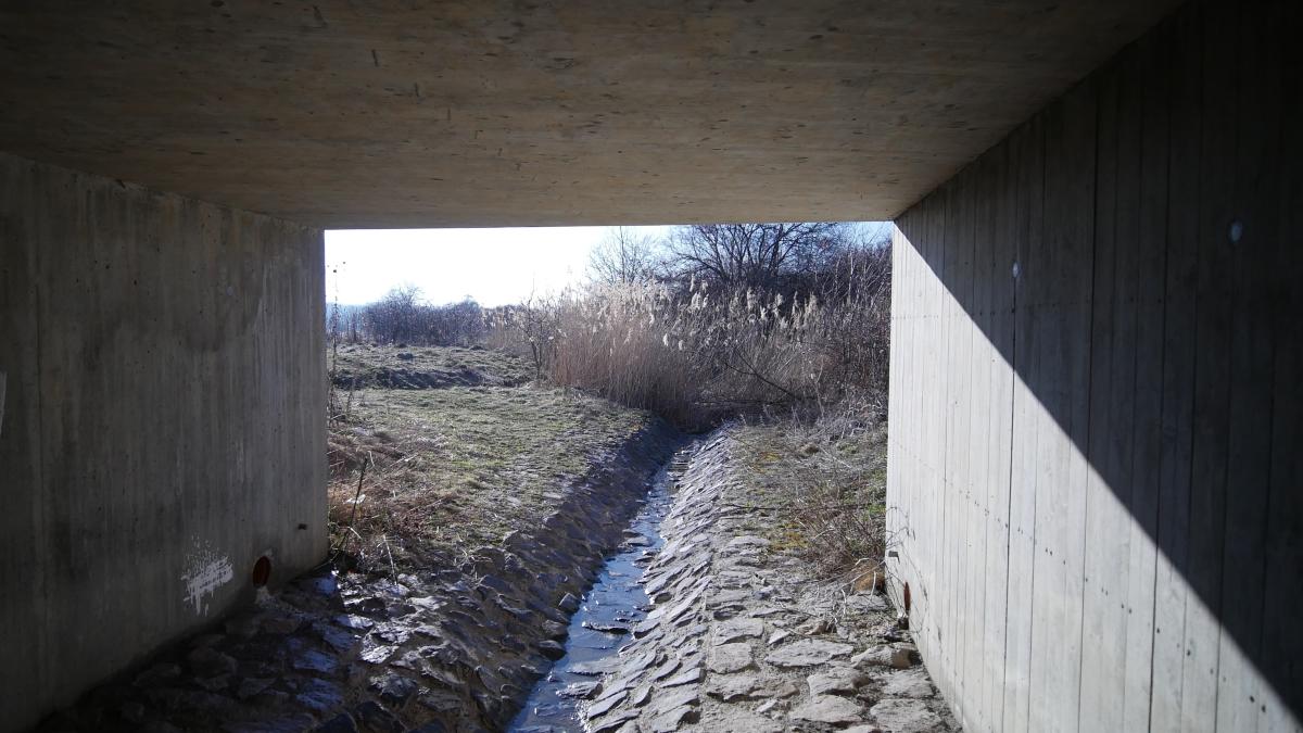 Der Peterbach unterquert den Zubringer zur Autobahn 4 bei der Anschlußstelle Vieselbach in Thüringen