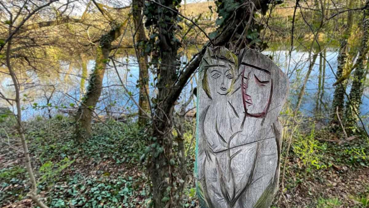 Das Erfurter Liebespaar: Holzschnitzerei an der Gera im Luisenpark