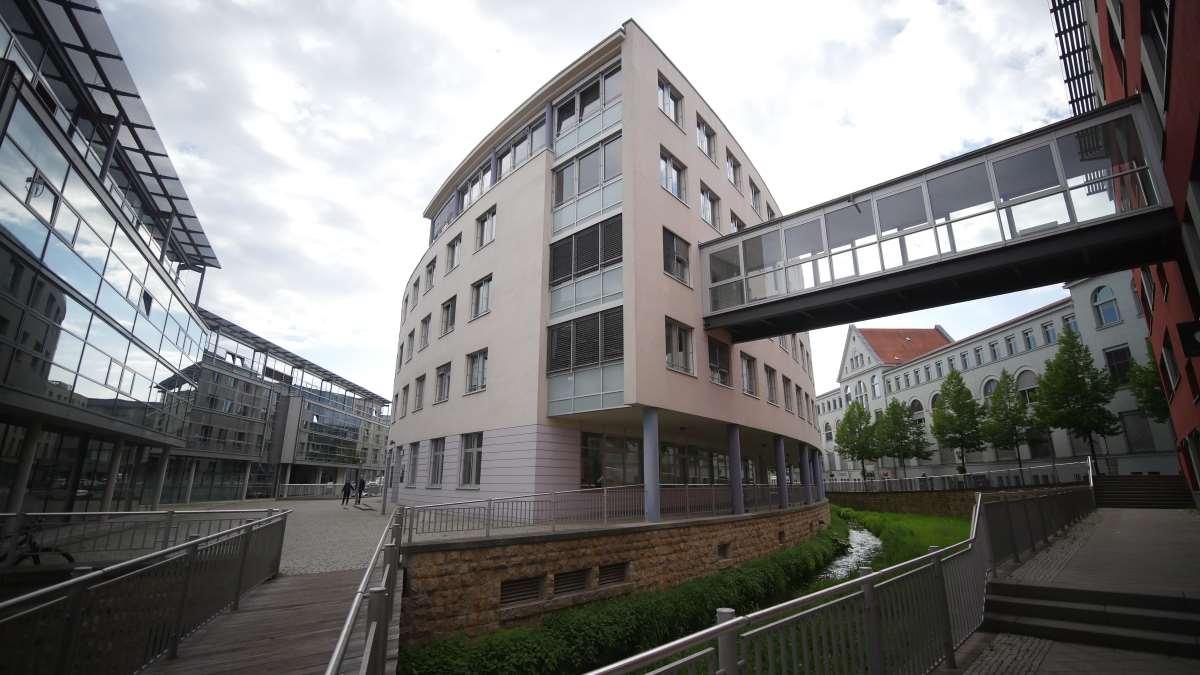 Der Bergstrom in Erfurt durchschneidet im Brühl moderne Architektur