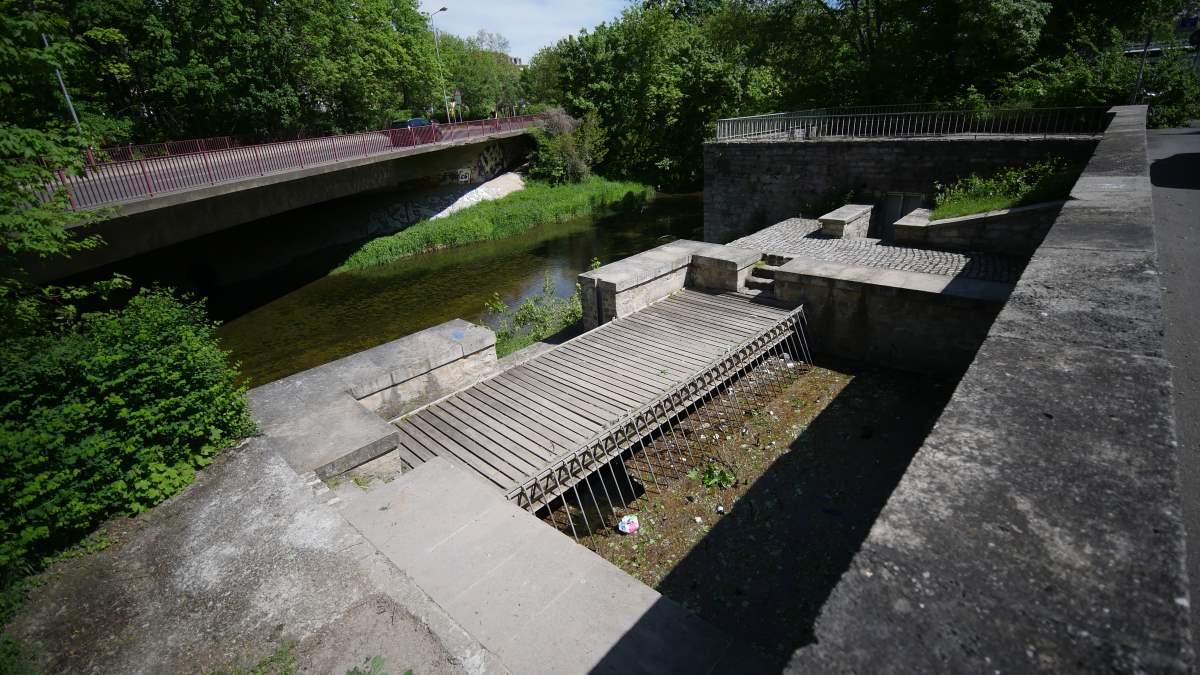 In einem Düker unterquert die Schmale Gera in Erfurt den Flutgraben