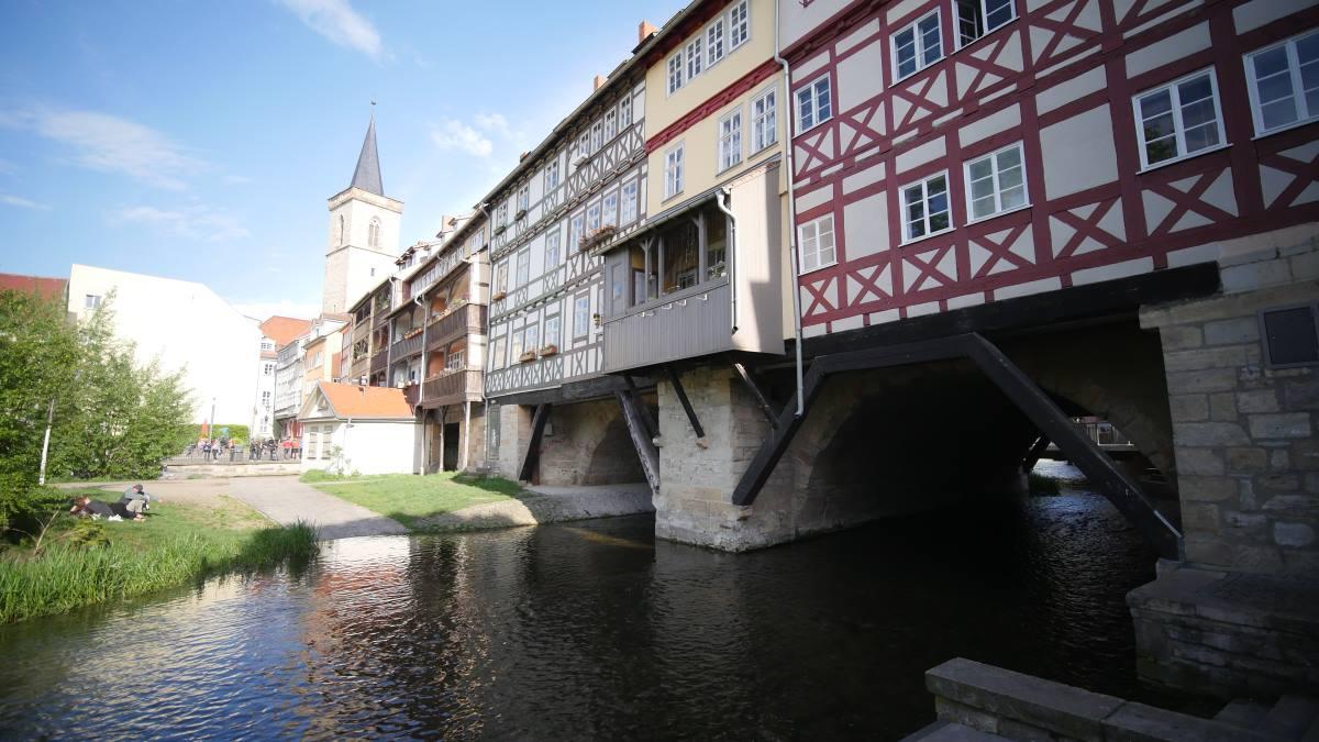 Die Krämerbrücke in Erfurt wird vom Breitstrom unterquert.