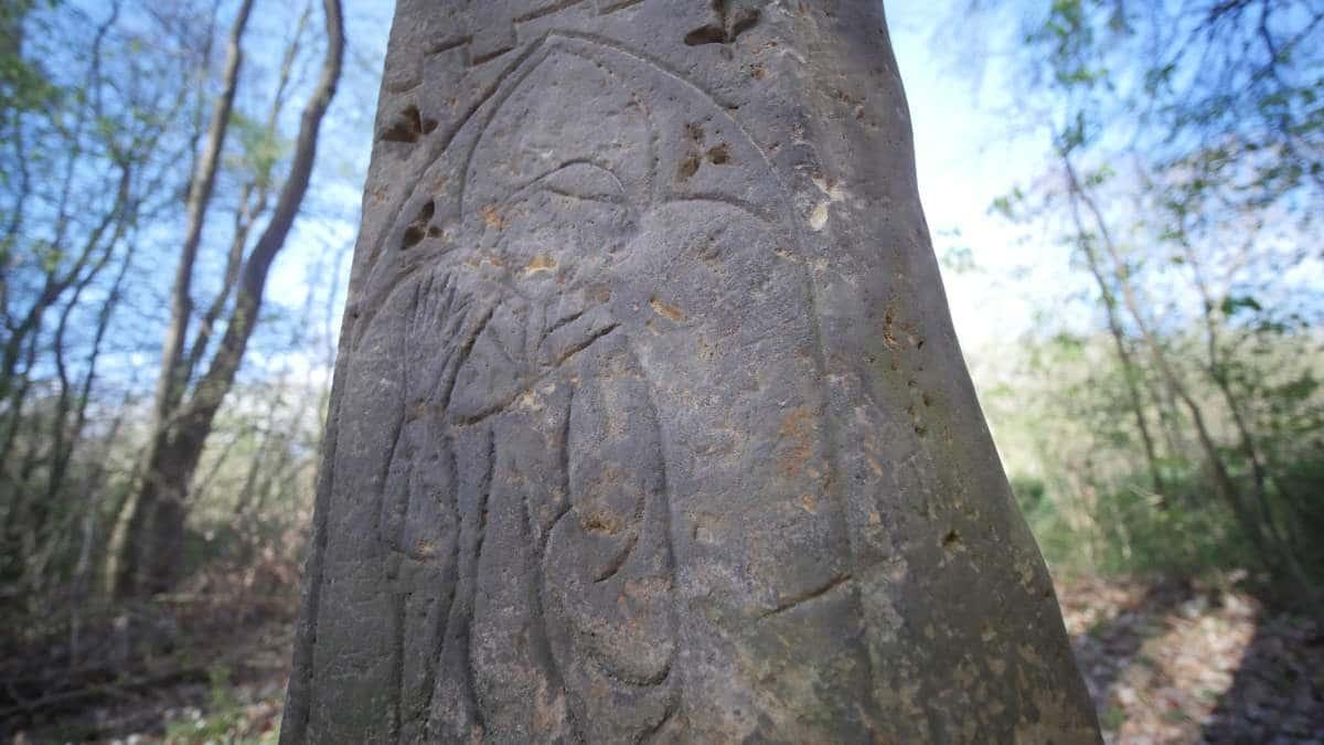 Bildnis eines Mönchs auf dem Sühnekreuz im Steigerwald Erfurt nahe der Gaststätte Hubertus