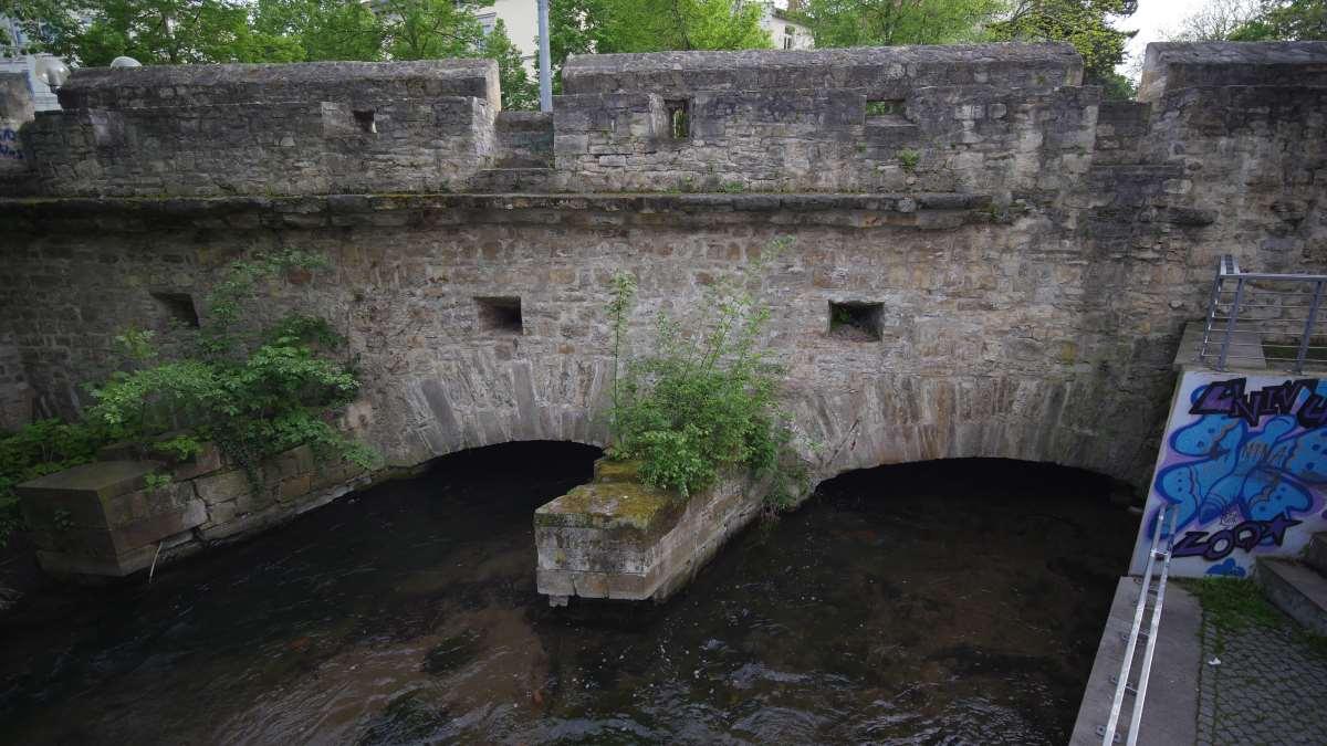 Der Walkstrom unterquert die alte Stadtmauer am Rosswehr Erfurt
