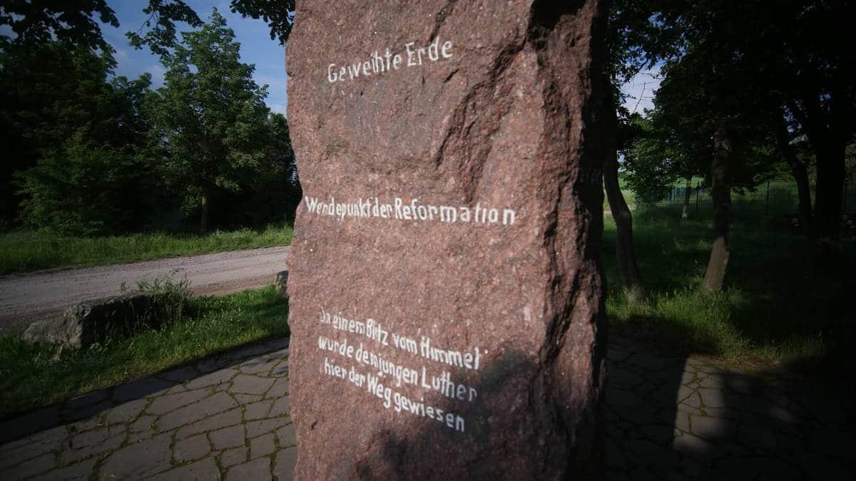 Der Lutherstein bei Erfurt Stotternheim mit Inschrift vorne