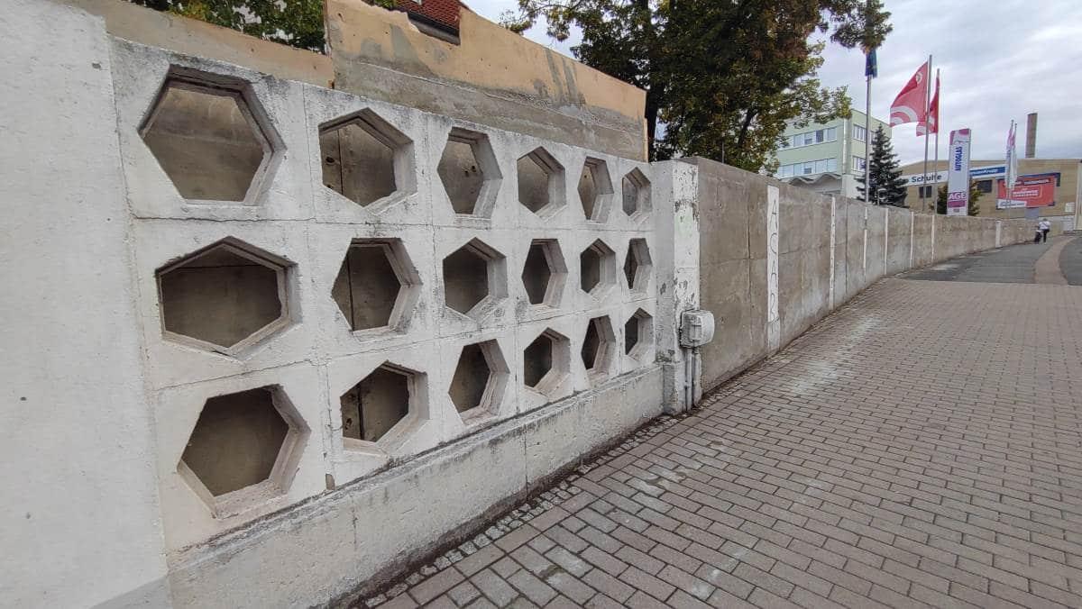 Umgestaltung eines DDR Betonzauns in Erfurt