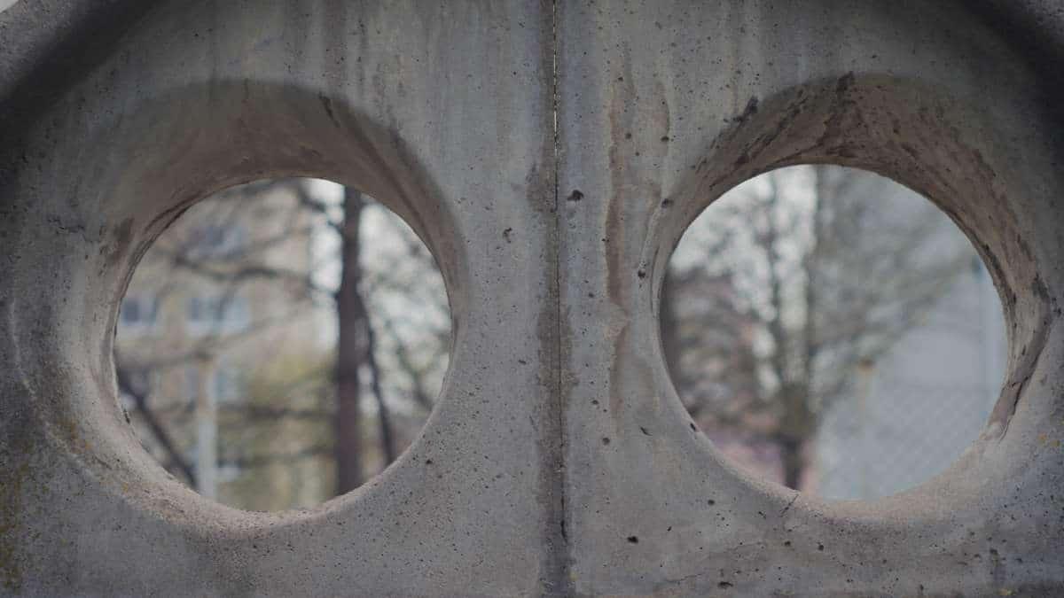 Blick durch einen Betonzaun aus DDR Produktion