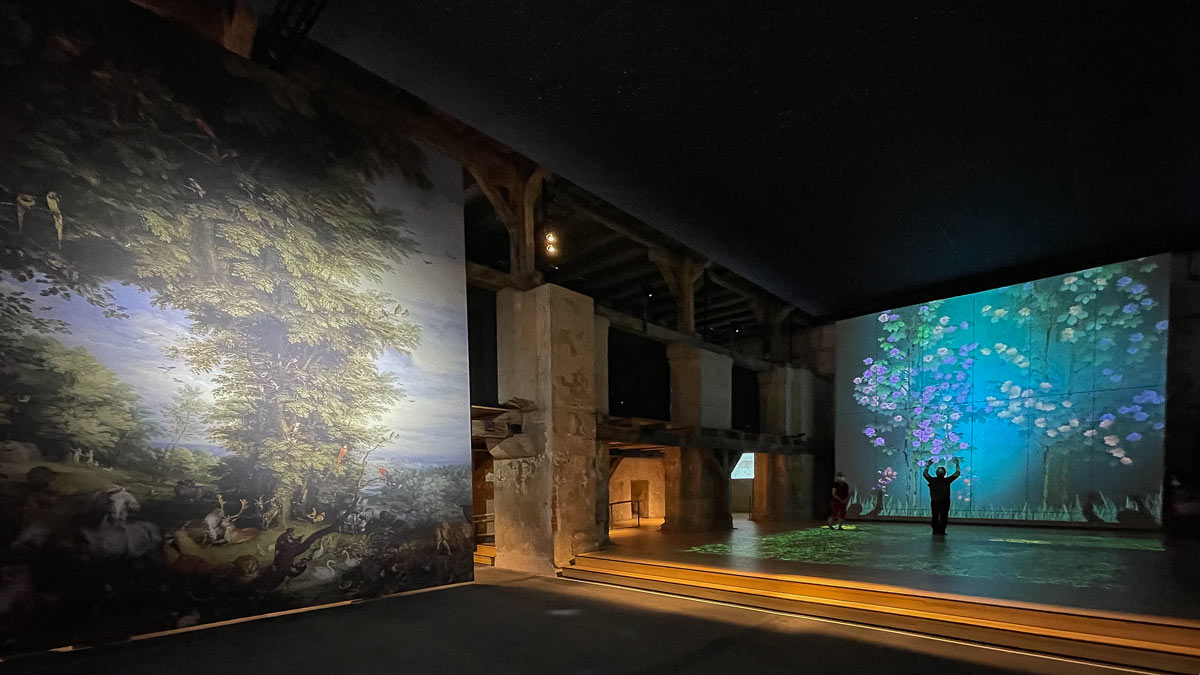 """Die Projektionswand mit Blumen und Schmetterlingen entführt in einen virtuellen Garten und regt manchen Besucher zum """"Schmetterlingsfangen"""" an ☺"""